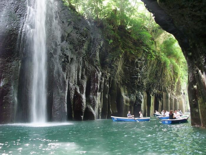 間近で見る「真名井の滝」は大迫力!マイナスイオンをたっぷり浴びましょう。高さ50~100mの高さがある柱状節理も必見!ボートは3人まで乗れて、30分で2,000円となっています。30分の船旅を満喫しよう♪