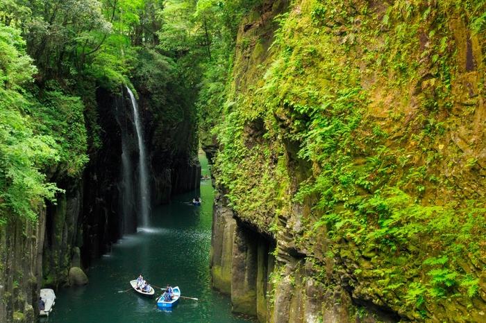 宮崎県の北に位置する「高千穂」。熊本県と大分県に接するため、県外からの観光客も多い九州を代表する観光スポットです。雄大な自然が織りなす美しい絶景や伝統芸能、パワースポットなど「高千穂」は魅力たっぷり。