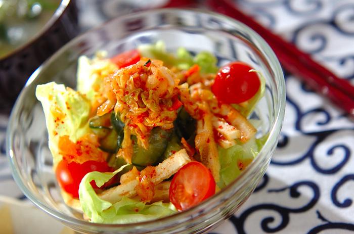 実は、サラダにも油揚げはおすすめ。 表面を焼いた油揚げは、エスニック風サラダとの相性バツグンです。