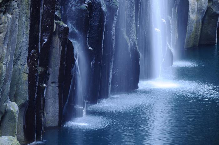 高千穂峡の象徴でもある「真名井の滝」は、落差は17mで滝百選にも選ばれています。この真名井の滝にはある神話が残されています。天孫降臨の際に天村雲命が水種を移し、「天真名井」からの湧水が滝になっているといわれているんです。