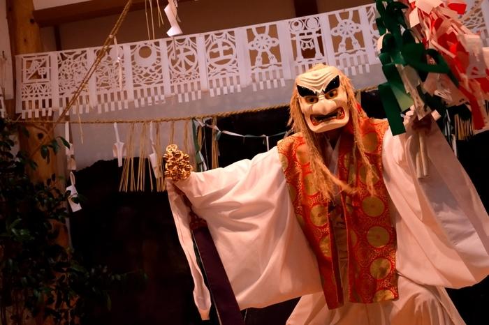 高千穂神社境内の神楽殿で行われる「高千穂神楽」。高千穂に古くから伝わる民俗芸能で、国の重要無形民俗文化財にも指定されています。毎日20時から「御神体の舞」「鈿女の舞」「手力雄の舞」などの代表的な神楽が奉納されています。