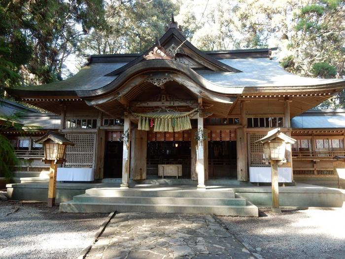 1900年前に創建された「高千穂神社」は、国の重要文化財に指定された由緒ある神社です。高千穂郷八十八社の総社でもあり、厄祓・縁結び・農産業の神様として、多くの観光客が参拝に訪れる高千穂の人気スポットとなっています。