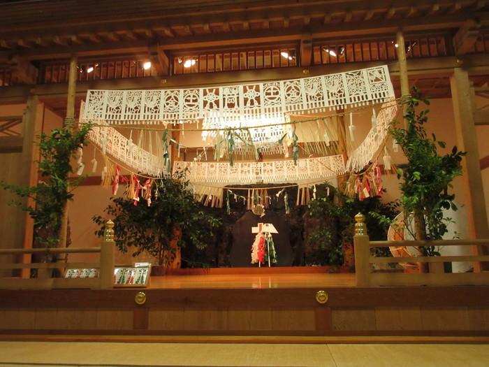 舞台は「神庭」と呼ばれ、神聖な空気で満ちています。当日受付のみで19時から神楽殿にて受付開始。民俗芸能だからとあまりかしこまらずに、気軽に足を運んでみてください。