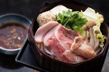 おなかもこころもポカポカ、野菜にお肉に、しっかり栄養もとれるお鍋は、寒い時期におすすめの料理です。