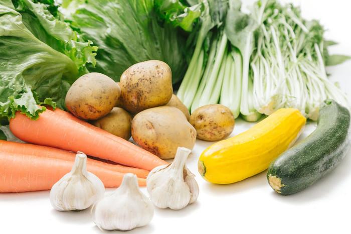 具材を入れれば簡単に作れる鍋料理。 事前に、野菜をカットして冷凍保存しておくなど、ちょっとした工夫次第でサクッと作れます。 その際、冷蔵庫の中の余りものを使えば節約にもつながりますよ。
