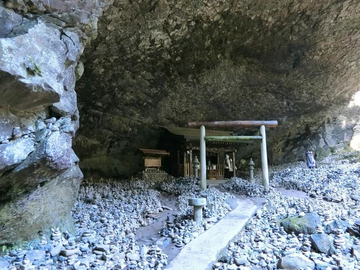 仰慕窟(ぎょうぼがいわや)と呼ばれている大きな洞窟のなかにある「天安河原宮」は、天岩戸神社西本宮から徒歩10分のところにあります。八百万の神が集まり会議したという神話が残る場所で、独特な雰囲気を醸し出しています。
