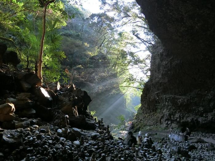 石を積むと願い事が叶うといわれているため、河原は積まれた石でいっぱい!願い事をしながら、石を積んでみましょう。洞窟に光が降り注ぐ様子は、まさに神々しい美しさです。