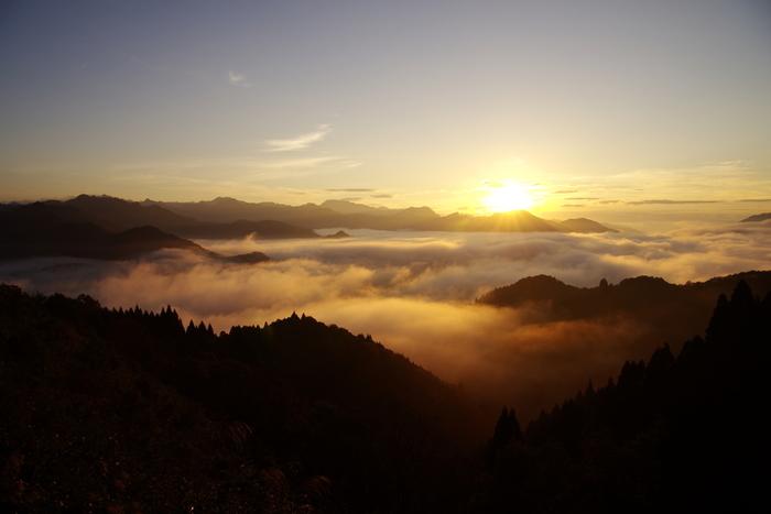 国見ヶ丘は雲海を見ることができる名所で、「ミシュランガイド」で1つ星を獲得したことでも知られています。10月から11月頃の早朝が一年で最も気象条件が合うシーズンです。自然が生み出す壮大な眺めはまさに幻想的。必ず見られるわけではありませんが、機会があればぜひ足を運んでいただきたいスポットです。