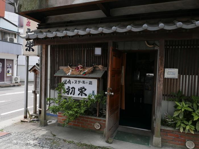 高千穂町役場の近くにある「焼肉 初栄」。地元の人はもちろん、県外にも多くのファンがいる焼肉の名店です。高千穂牛専門なので上質なお肉をリーズナブルな価格で食べられるのが魅力。