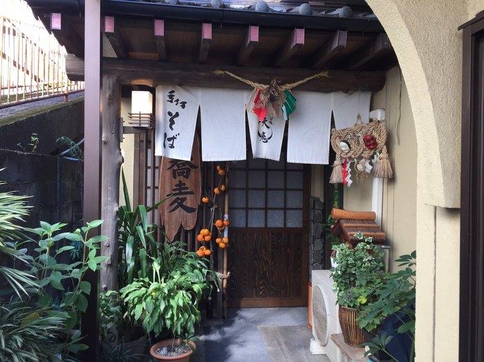 手打ちそばが評判の「天庵」。高千穂産のそばと秋元神社の御神水を使用したこだわりの二八そばが人気です。自家製の野菜を使っているのも嬉しいですね。店内は心がホッとするような落ち着いた雰囲気です。