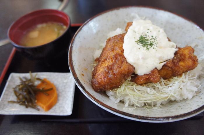 宮崎を訪れたら、やっぱり「チキン南蛮」は外せません。チキン南蛮定食もありますが、チキン南蛮丼もおすすめです!しっかりとタレが染み込んだチキンとキャベツ、タルタルをいっぱいのせて、ごはんと一緒に食べれば、最高の美味しさです!