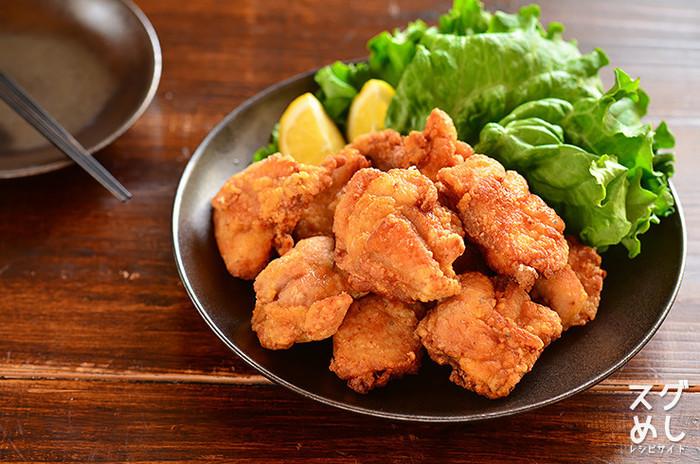 ジューシーなから揚げは鶏もも肉の定番おかず!事前にお肉を調味料に漬け込んでおけば調理時間はわずか10分で済むので帰宅後の調理も楽々。