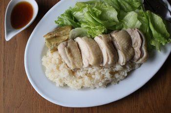 シンガポールでよく見かけるアジアンプレートのチキンライス。シンプルに茹でたモモ肉とサラダ、そして味のついたご飯でおしゃれなワンプレートに!ナンプラーなど特有の調味料は使わないレシピなのでご家庭で気軽に作れるレシピです。