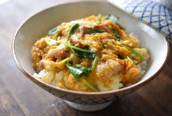 鶏肉と卵があれば完成!の親子丼もスピーディーレシピの一つ。簡単ですが和食の定番でもあり、ほっこりする味わいです。鶏肉と調味料を煮込んで冷凍にしておけばあとは卵の調理だけなのでさらに時短になります。