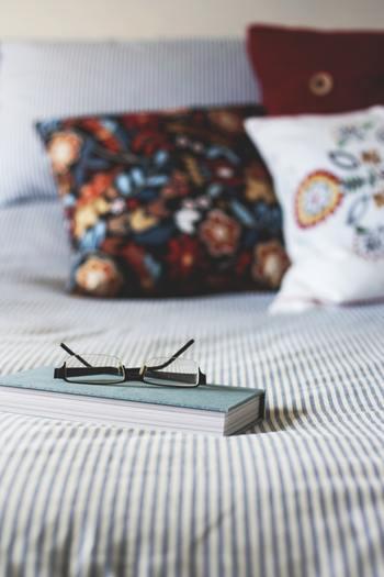 寝る前にこんな質問を自分に投げかけてみてください。ポジティブな記憶を忘れてしまう前にもう一度思い返すことで、さらに幸福を感じることができます。  ①今日誰かに貢献できたことは何? ②今日幸せ気分にしてくれたこと、人は? ③今日成し遂げたことは何?
