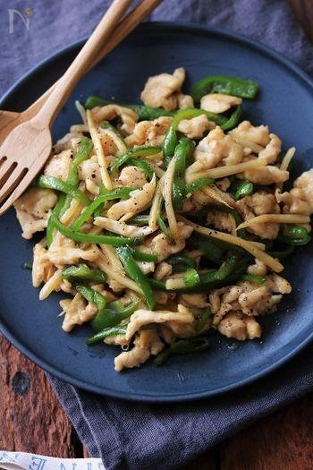 通常だと豚肉や牛肉で作るチンジャオロースーですが、カロリーの低い鶏肉で代用することによってよりヘルシーな1品に。ピーマンをふんだんに入れて、野菜もたっぷり食べましょう。