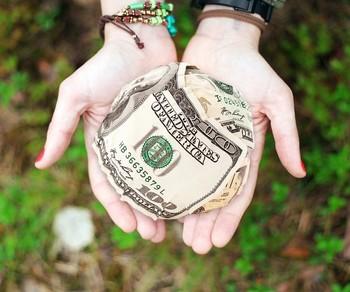 例えばアメリカでは自治体や学校、芸術分野など幅広い団体への寄付が認められていて、多額の寄付をした人は、税金の一部が免除となります。