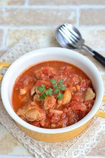 鶏もも肉とトマト缶でつくる煮込み料理は時間がある時にたっぷり作っておくとご飯やパスタと合わせたり、グラタンにしたりとアレンジ次第で美味しいメニューがたくさん作れます。煮込みといっても煮込む時間はたったの5分だけ。思い立ったらすぐに作れます!