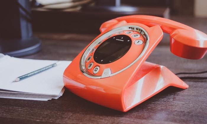 突然英語の電話やメールを受け取ったら、慌ててしまい電話主が誰か、用件は何か、聞き忘れてしまいそうですよね。ビジネスで使う英語は、日常会話で使う英語と少し違います。特に電話対応は慣れていないと、非常に緊張してしまうものです。