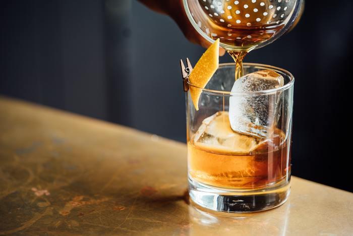 ステアとは英語で「stir」のことで、「軽くかき混ぜる」という意味があります。シェイカーを使うと濁ってしまう場合などに、ミキシンググラスという口の大きなグラスを使ってカクテルを作ります。 バー・スプーンでグラスの内側に沿ってすべらせるように混ぜあわせるので、マティーニなどドライで透明感のあるカクテルを作りたい時に向いています。
