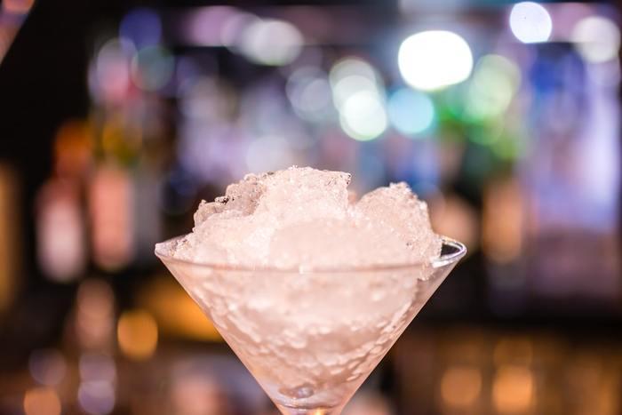 苺やキウイなどのフルーツを使ったカクテルを飲みたい時や、暑い日に冷たいフローズンカクテルを飲みたい時は「ブレンド」という技法を使います。氷やフルーツとお酒をバー・ブレンダーを使って混ぜ合わせます。