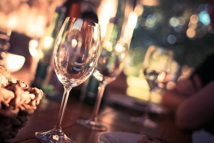 シェイカーもバー・ブレンダーも無くても、お家でカクテルを楽しむことはできます!お家にあるグラスやスプーン、ミキサーを使って、お店で飲むようなおしゃれなカクテル作りをしてみましょう。