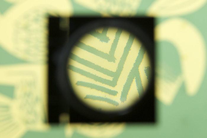 シルクスクリーン印刷では、布地のような「網目のある生地」に、インクを通す部分と通さない部分を作り「版」にします。この版にインクを乗せ、図柄(穴の開いた部分)にインクを通して印刷します。 版を作る方法は機械的なものからアナログなものまでいくつかの方法があります。「Tシャツくん」などの市販機では、感光乳剤を用いた方法が採用されています。