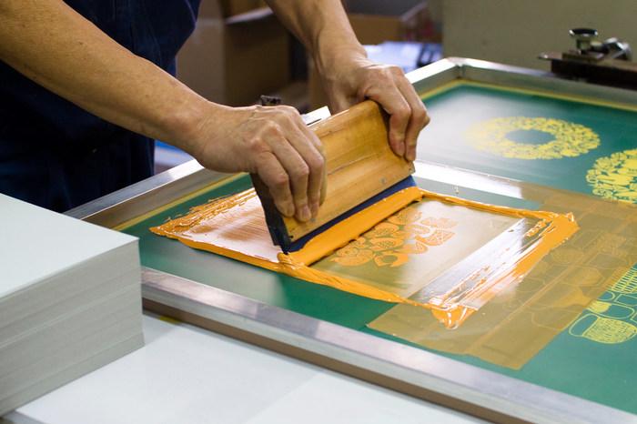 版ができたらインクをのせ、印刷したい対象物の上に版をセットし、刷ります。この際インクを移動させるのに使うのがスキージーというゴムベラ。程よい弾力がありますのでフィルムを傷めずに印刷でき、均一な仕上がりもサポートしてくれます。
