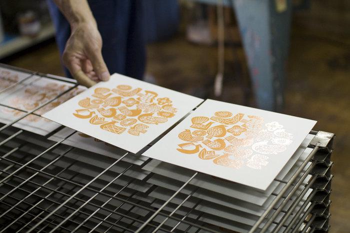 まず1枚刷り上がったらよく乾かします。そして色数の分、印刷を繰り返します。版は色数分作ってもよいし、一色刷ったら水でキレイに洗い流せば、何回か繰り返し使用できます。インクによって不透明・透明があり、色を重ねる順番によっても仕上がりに違いが生まれます。