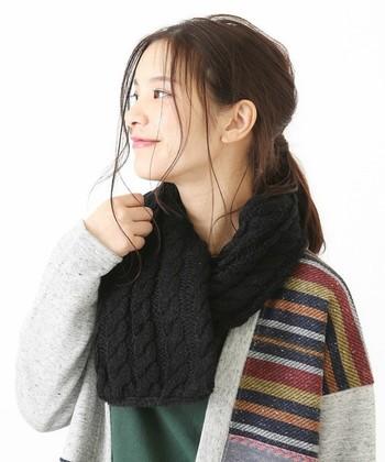 ざっくり編みのケーブルニットがキュートな「CUBE SUGAR(キューブシュガー)」のティペットは、カジュアルなコーデにぴったりのアイテムです。裏側はボア仕様になっているので、防寒対策にもばっちり♪