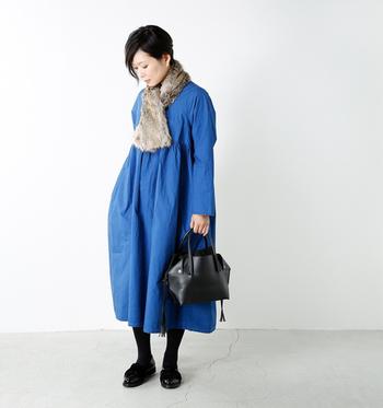 ブルーのワンピースが映えるコーデに、ベージュ系のファースヌードを合わせた着こなしです。小物を黒でまとめてスタイリッシュな印象に仕上げているので、ちょっとしたお呼ばれにもOKですね。