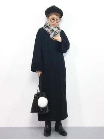 オール黒アイテムを使ったワントーンコーデに、まだら模様のラビットファーティペットがアクセントになっている着こなしです。カバンに付けた白色のファーと共に、ファーアイテムだけ色を変えるというのもおしゃれですよね。