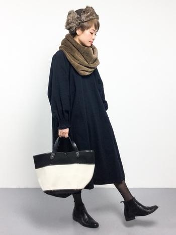 全体をモノトーンでまとめた着こなしに、帽子と同系色のファースヌードを合わせています。黒×茶色でシックな印象ですが、帽子やスヌードが可愛いアイテムなので、女性らしい柔らかいコーデに仕上がっていますね。