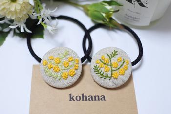 ミモザは刺繍のモチーフとして儚げでとっても映えますね。小さなサイズを刺繍で作ってヘアゴムにアレンジしたアイデア作品です。