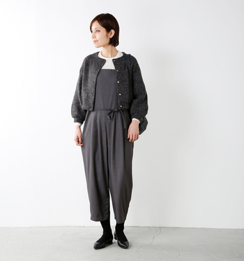 濃いグレーのサロペットに、濃いグレーのアウターを合わせたスタイルです。こちらはグレーの色味は似ていますが、素材を変えることでそれぞれのグレーの違いを着こなしに上手に反映しています。