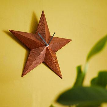 ウッディな星のウォールクロックは、キラキラしすぎないけれど時計としては個性的な形でお部屋のアクセントになります。オールシーズン馴染んでくれる木の素材が素敵ですね。クリスマス時期は、主役のインテリアにアレンジしても◎