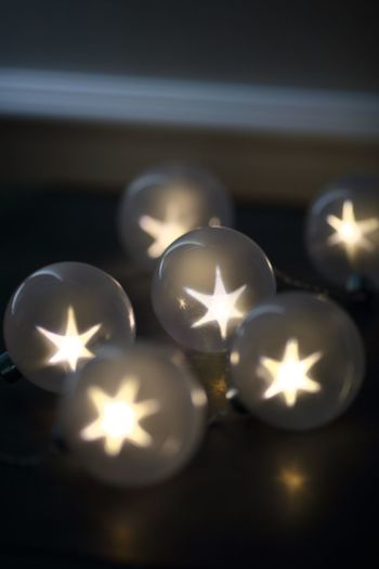 点灯すると星が浮かび上がる、幻想的なストリングライトなら、大人たちのおしゃべりタイムにとってもいい雰囲気を作ってくれそう。パーティの照明として使ってもとっても素敵ですね。