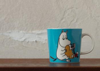 爽やかなブルーがムーミンらしいマグカップ。可愛らしいムーミンをいつでも手元に。
