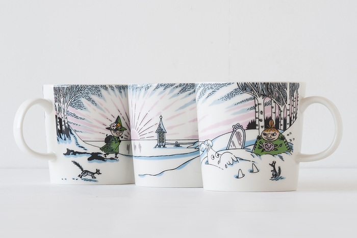 今年のデザインは「ムーミン谷の冬」のワンシーンが描かれています。雪に覆われたムーミン谷に優しい日差しが差し、春の近づきを思わせます。人気者のミイやスナフキンも描かれています。
