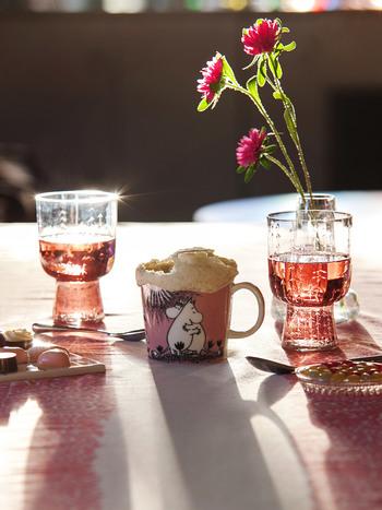 可愛らしいピンク色のマグカップにはムーミンとフローレンのイラストが3枚描かれています。どれもキュートで仲睦まじい姿で癒される。