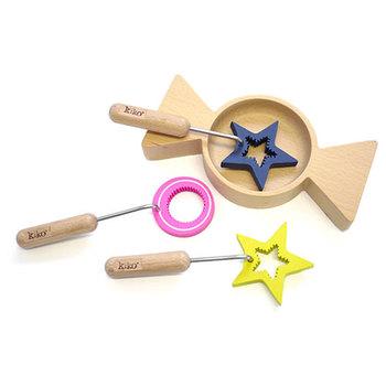 見ているだけで可愛い木製の星モチーフのおもちゃ。インテリアやアクセサリーも星なら、プレゼントも星にしてしまうのも楽しいかもしれませんね。さて、これは何に使うのでしょうか?