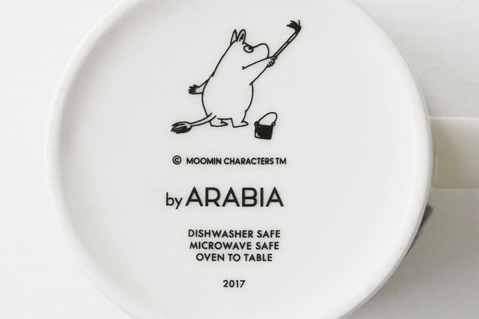 マグカップの裏にはスウェーデンの「アラビア」製のマークが。限定の年度もしっかり記されています。