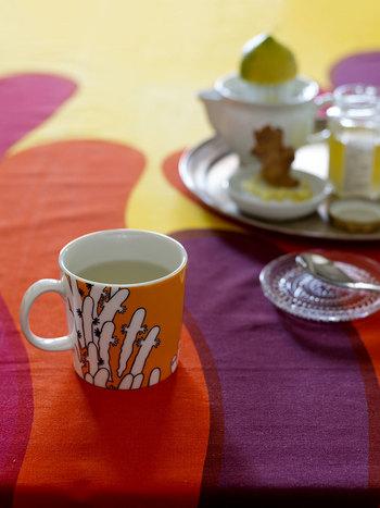 ひそかにファンの多いニョロニョロのマグカップ。反対側にはお茶をするニョロニョロの姿が描かれています。