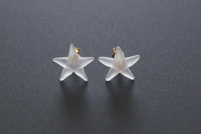 星といえばゴールドのイメージがありますが、マットで柔らかなガラス素材の星は優しい印象でとっても素敵。光を放って輝く星というよりも、光を受けて静かにきらめく月のような星のピアス。雪の日には特によく似合いそうですね。冬だけでなく夏にも涼しげな耳元を演出してくれるでしょう。