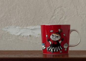 鮮やかな赤がミイらしい。ティーカップ、角砂糖、ジャムが描かれていてお茶の席にぴったりのデザイン。
