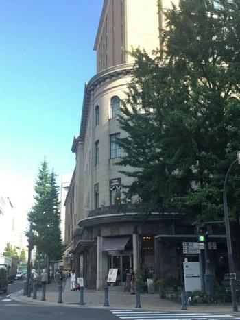 日大大通りや馬車道などに多く見られる西洋的な建築物の1つ、旧横浜商工奨励館。「カフェデラプレス」は、その旧横浜商工奨励館の中にあります。大正12年の関東大震災後の復興の中で建てられたもので、関東大震災の復興の象徴にもなっているんですよ。