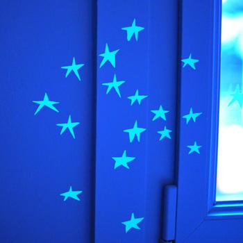 電気を消すと暗闇に浮かび上がる、可愛らしい星たち。こんな素敵な演出があれば、なかなか寝ない子供達も、電気を消すのが楽しみになってくれるかも。