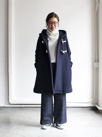 また、同じデザインでもキャメル・ネイビー・グレーなど、コートの色によっても着こなしのイメージは大きく変わります。 ベーシックカラーはもちろん、最近ではモノトーンコーデの差し色として、赤やイエローなど明るい色も大人気です。 今回はそんな冬の定番アウター、『ダッフルコート』の素敵なコーディネートをご紹介します♪