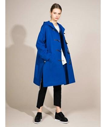 いつもとは一味違う大人のスタイリングを楽しみたい方は、エフォートレスな「ボックスシルエット」もおすすめです。ゆったりしたフォルム&サイドのスリットで、リラックス感のある女性らしい着こなしが楽しめます。シンプルなモノトーンコーデにさっと羽織れば、ぐっと今年らしい印象に。