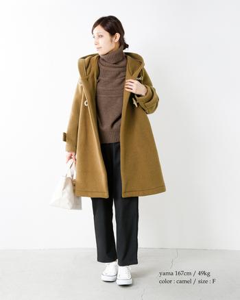 今シーズンは上品なシルエットの「Aライン」や、大人っぽいぬけ感を演出する「オーバーサイズ」のダッフルコートも注目されています。一枚羽織るだけで女性らしくなれるAラインのコートは、裾に向かってふんわり広がるデザインが素敵ですね。合わせるアイテムによってカジュアルにもキレイめな印象にもなるので、おしゃれの幅がぐっと広がりそうです。